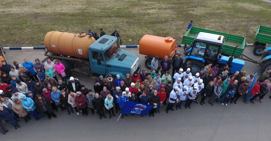 С парада и демонстрации уборочной техники начался субботнник