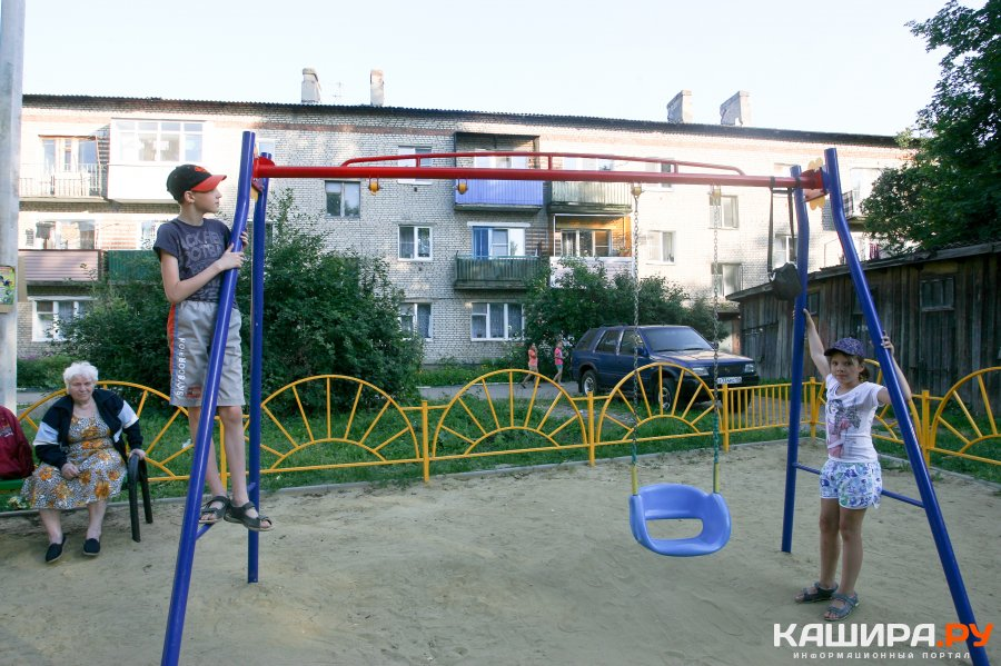 Вандалы срезали качели на новой детской площадке в Кашире-1