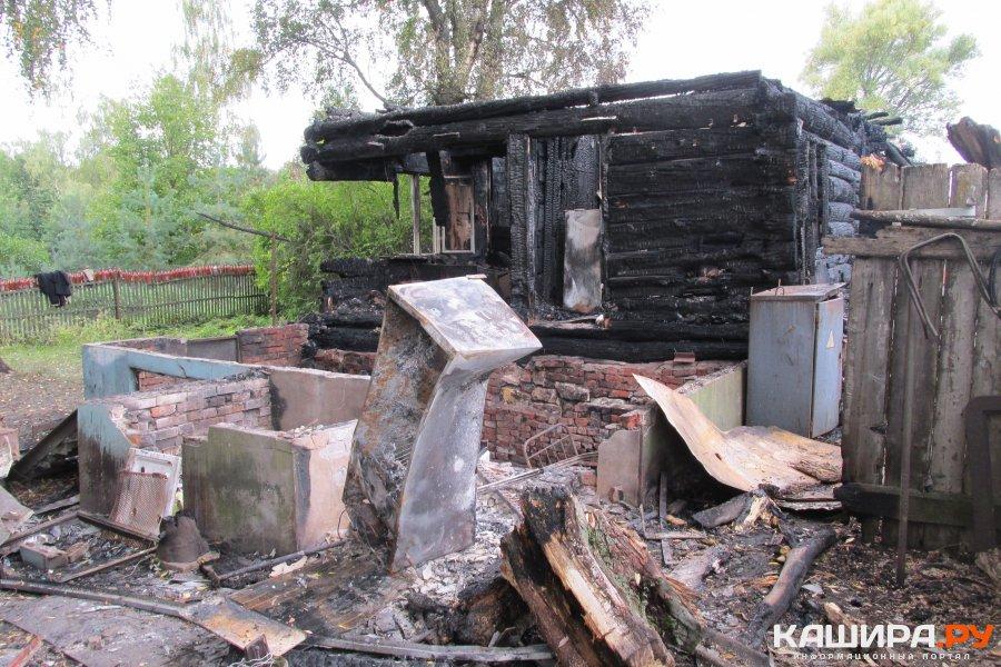Пожар уничтожил дачный домик в деревне Семенково