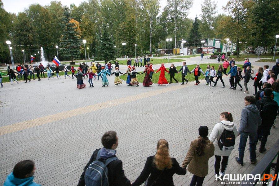 Около 50 человек водили хоровод дружбы в парке Каширы