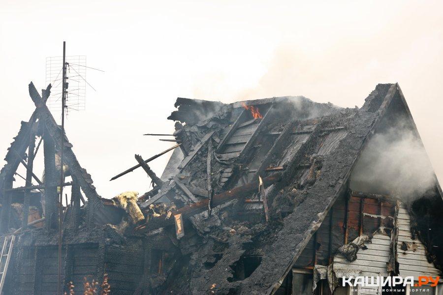 На улице Масленникова продолжают тушить дом