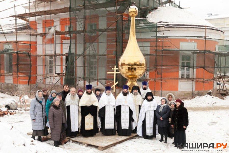В Кашире освятили купол и крест Никитского храма