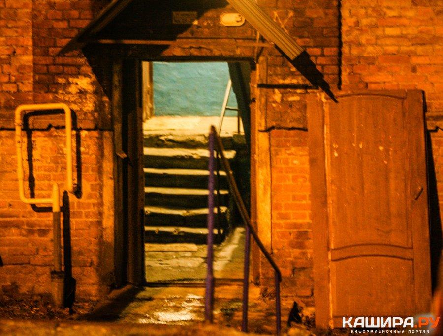 Жильцы дома на улице Клубной живут без подъездной двери